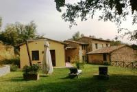 Cottage la Roverella has a private garden