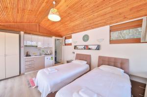İki tek yataklı küçük mutfaklı oda
